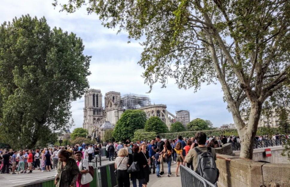 Des touristes médusés après l'incendie de Notre-Dame de Paris du 15 avril 2019