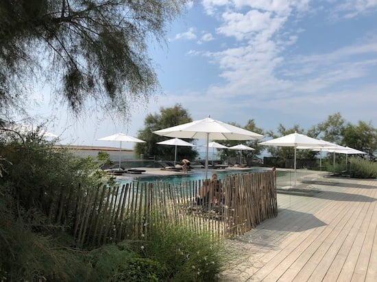 La piscine de 27 mètres de long, chauffée.