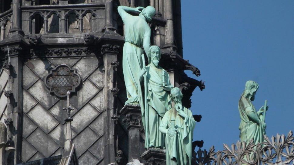 Les statues des apôtres dont Saint Thomas