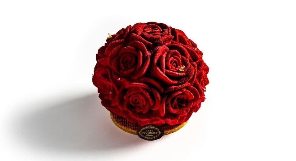 Le Rosa Pouchkine, imaginé par Patrick Pailler, le Chef des Créations Sucrées du Café Pouchkine, associe un biscuit citron, un confit et une gelée de cassis sur un sablé breton, relevée d'une ganache montée au thé. jusqu'au 18 février.