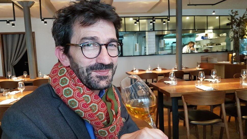 Jean-Baptiste Soula, au restaurant Elmer – 30 Rue Notre Dame de Nazareth, 75003 Paris -, avec un verre de Sauternes Château Grillon, bio et vinifié sans ajout de soufre, un vin ample, équilibré et complexe.