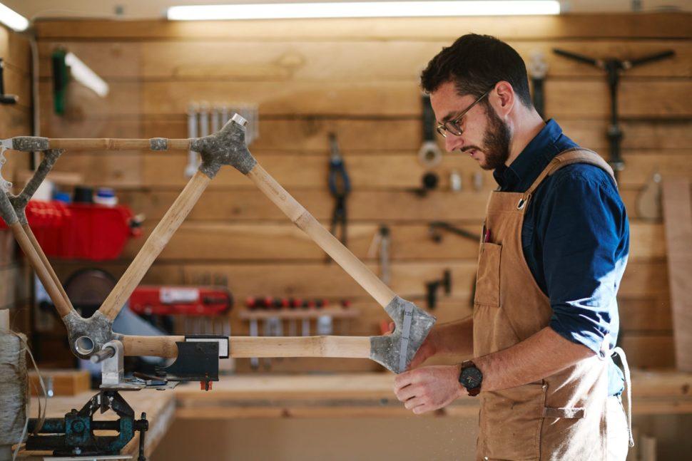 Valentin Diot, cofondateur d'Ernest Cycle, dans l'atelier de fabrication.