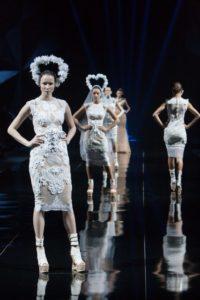 Les défilés de mode structurent et stimulent 'l'individuation du paraître'