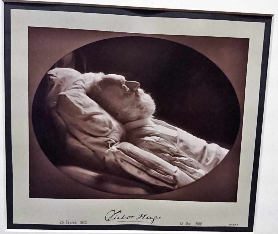 Félix et Paul Nadar captent Victor Hugo sur son lit de mort en 1885. L'exposition montre le dispositif technique pour ce cliché.