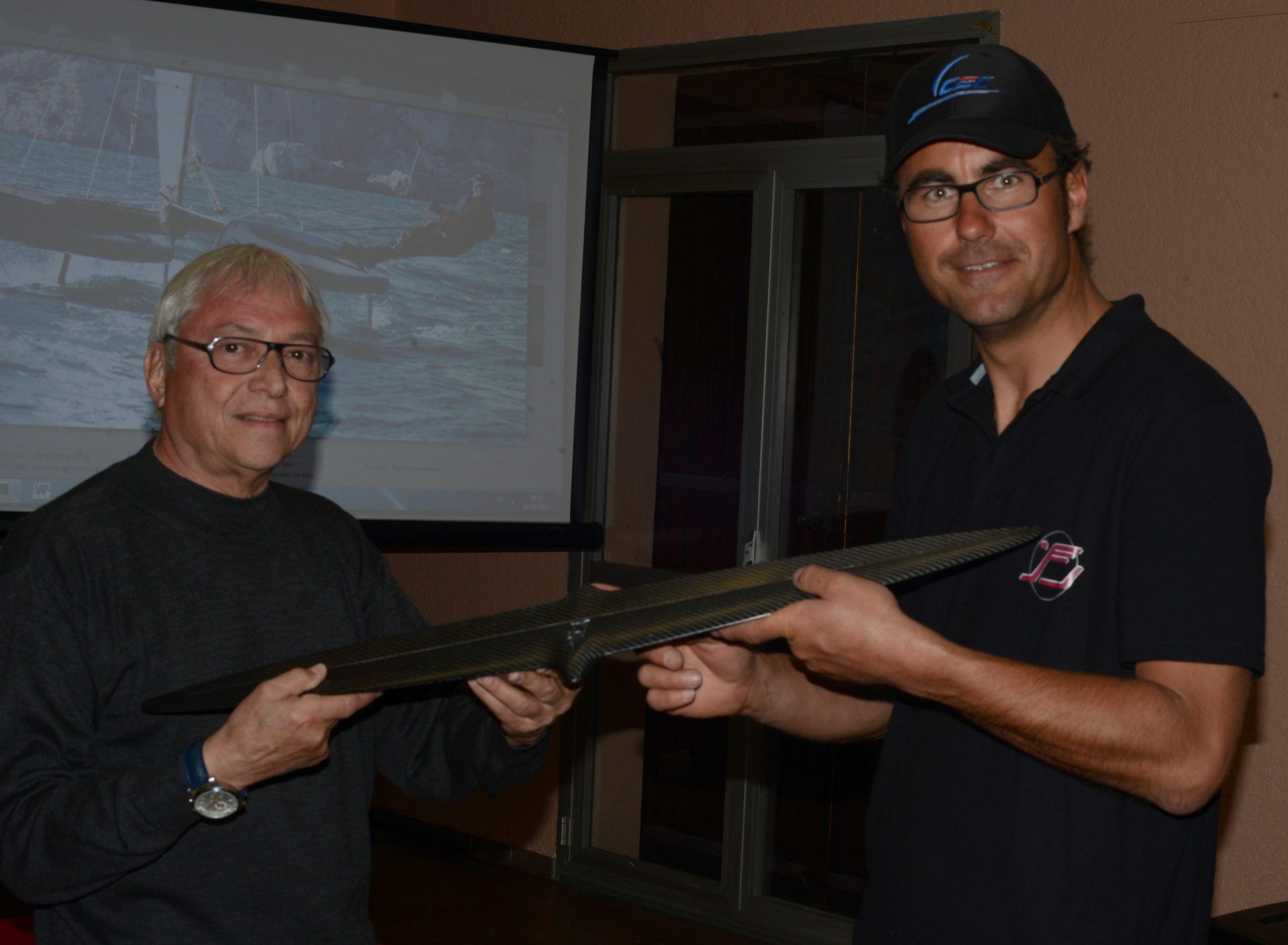 Gilbert Saint Blancat et Michael-Ernst Miller tenant le foil articulé, inspiré de l'aéronautique