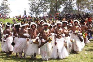 Les danses traditionnelles ici chez les Papous amplifient le pouvoir de séduction des individus mais largement encadré par les règles collectives