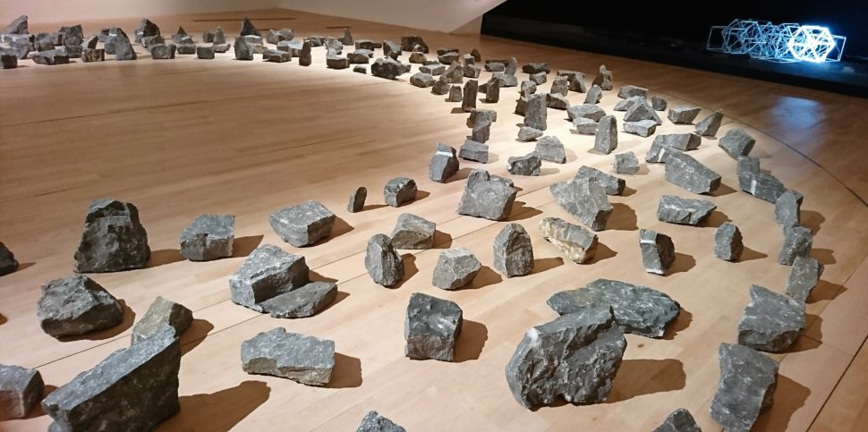 Richard Long Ring of Stones (1982) (au fond) Jeppe Hein Moving Neon Cube (2004).